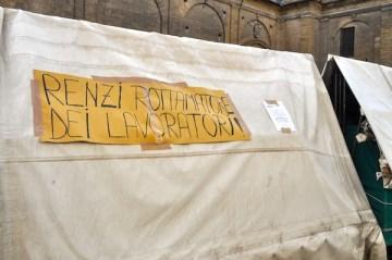 Un cartello contro la decisione di spostare gli ambulanti da piazza san Lorenzo