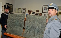 Tra il rame rubato spunta un bassorilievo di Mussolini