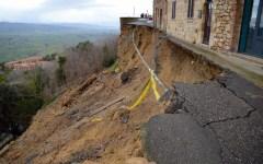 Volterra, crolla il muro di piazza Martiri. Toscana, patrimonio storico a rischio