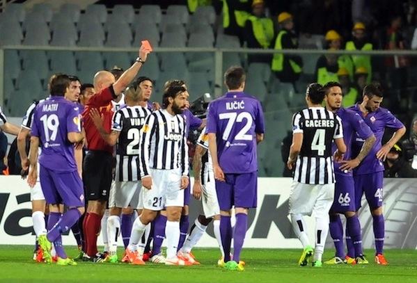 Il momento decisivo: l'espulsione di Gonzalo seguita dalla punizione-gol di Pirlo