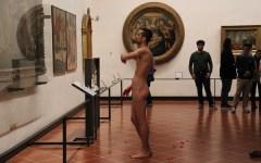 Uffizi: «L'ho visto inginocchiarsi nudo davanti alla Venere»