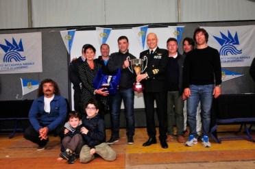 L'ammiraglio Giuseppe Cavo Dragone premia uno dei vincitori delle gare del 25 aprile