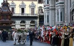 Firenze, Pasqua, scoppio del Carro col bel tempo. Ma scrosci di pioggia il venerdì santo