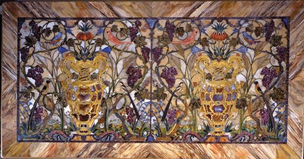 anifattura granducale (Giovan Battista Sassi e Jacopo Flach su modello di Jacopo Ligozzi e Bernardino Poccetti) Piano di tavolo con vasi di fiori, uccelli, tralci d'uva e spighe 1603-1610 Mosaico di pietre dure Firenze, Galleria Palatina