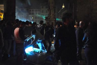 Un venditore abusivo di birre in piazza Signoria