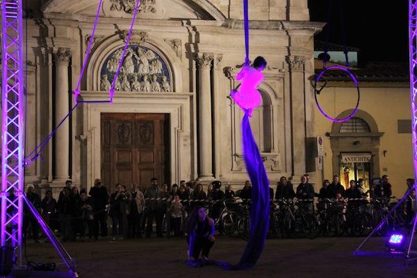 Un'esibizione dei Funamboli in piazza Ognissanti