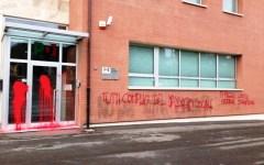 Firenze, scritte e vernice rossa contro la sede del Pd