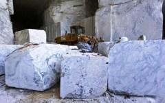 Carrara, lite per il marmo: camionista stacca il naso a morsi al suo capo
