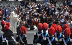 «Papa Francesco, nei secoli fedele»: sessantamila carabinieri applaudono Bergoglio (FOTO)