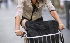 Firenze, scippata in bici da due uomini in scooter: le tagliano la strada e le portano via la borsa