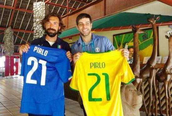 Juninho Pernambucano e Pirlo, con il nome e il numero 21 del fantasista azzurro anche sulla maglia verdeoro