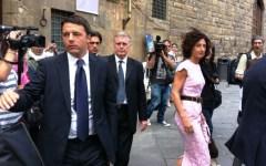 Matteo Renzi e la moglie Agnese Landini in piazza Signoria