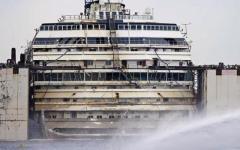 Concordia, riemerge la prua dopo 900 giorni. Verso Genova sotto costa in caso di maltempo