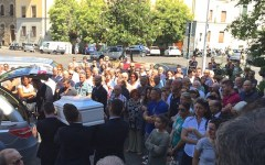 Firenze, in mille ai funerali della piccola Alice e zia Donatella. Oggi lutto cittadino