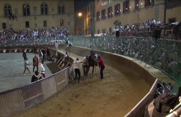Silenzio e paura nella piazza dopo l'incidente al cavallo del Drago