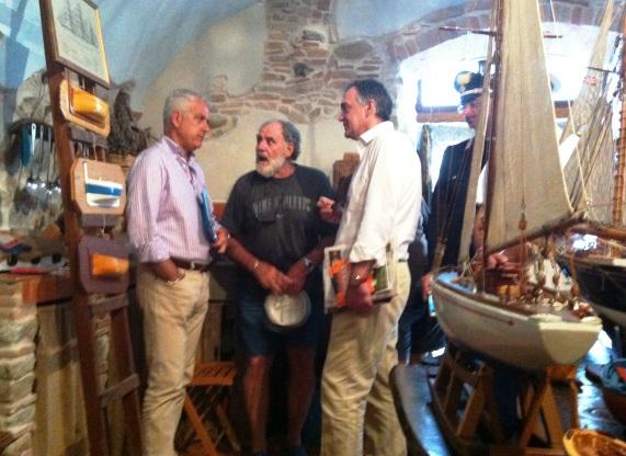 Isola del Giglio 25 luglio 2014 da sinistra il sindaco Sergio Ortelli, lo skipper Argentino Pini e il presidente Enrico Rossi