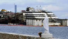 La Costa Concordia al Giglio, vista dal porto