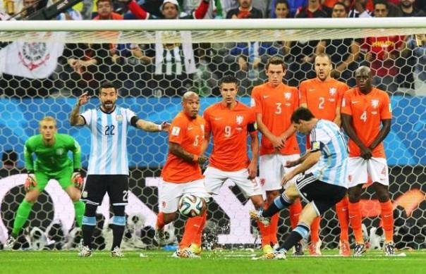 Olanda-Argentina, Messi calcia una punizione