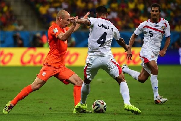 Robben (Olanda)  nella morsa di due difensori costaricani