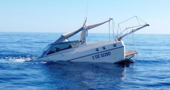 Lo yacht di 10 metri mentre affonda a Montecristo