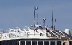 Concordia, issata la bandiera blu della partenza dal Giglio. Intanto Schettino prende il sole a Ischia