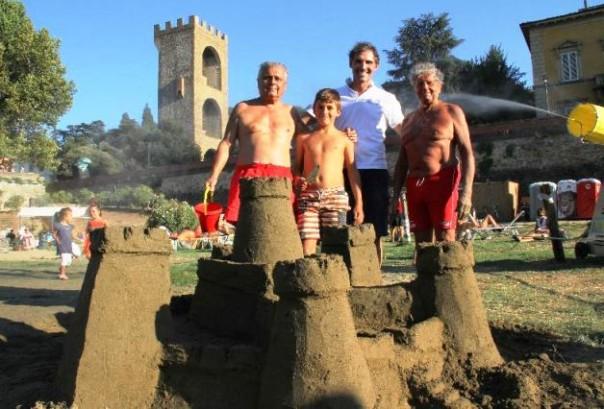 Castelli di sabbia a Easy Living, la spiaggia sull'Arno