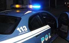 La Polizia arresta due uomini mentre tentano di sfondare una vetrina