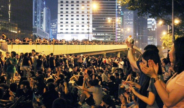 I manifestanti nel quartiere di Admiralty (foto dal South China Monring Post online)