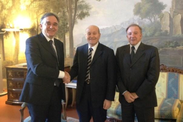 Enrico Rossi (a sinistra) stringe la mano a Issad Rebrab (al centro), presidente di Cevital