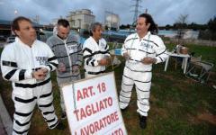 Piombino, articolo 18: operai vestiti da schiavi per protesta contro la riforma Renzi
