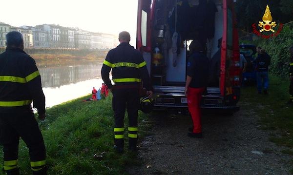 L'uomo è stato ripescato dai sommozzatori dei Vigili del Fuoco
