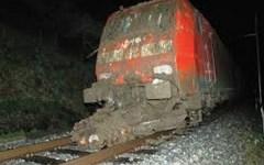 Maltempo, il treno Milano-Livorno bloccato da una frana in Liguria