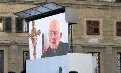 Il maxi schermo davanti alla basilica di San Lorenzo per ricordare don Angiolo Livi