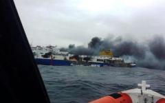 Incendio sul traghetto dalla Grecia: un morto. Ancora in quasi 300 a bordo nella notte in balia di fumo, fiamme e gelo
