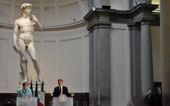 Patto del David: la Merkel ammira la bellezza e non attacca la Bce. Ma Renzi rassicura: «Metteremo il turbo alle riforme»