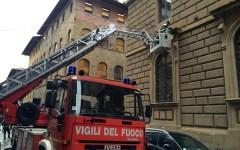 Firenze, vola a terra l'intonaco dal palazzo delle Poste. Paura in via Sassetti