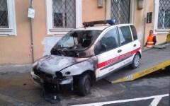 Livorno, bomba molotov contro un'auto dei vigili: caccia all'attentatore
