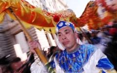 Prato, Capodanno cinese: centinaia in piazza del Comune dopo 6 anni, al corteo del Dragone