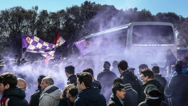 La Fiorentina accolta dai tifosi all'aeroporto (foto Violachannel)