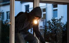 Pistoia, ladro in casa: prende i soldi ma su richiesta lascia i documenti