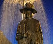 Firenze: l'omino con l'ombrello di Folon, vicino all'Obi Hall, rimosso dopo un incidente fra tre auto
