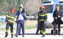 Renzi, in elicottero,  costretto all'atterraggio di fortuna in un campo sportivo in provincia di Arezzo