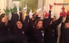 Firenze: successo di «Mani bianche», coro di giovani che combattono la sordità con la lingua dei segni (VIDEO)
