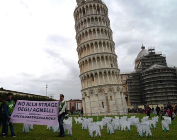 Pisa, flash mob degli animalisti sotto la Torre Pendente