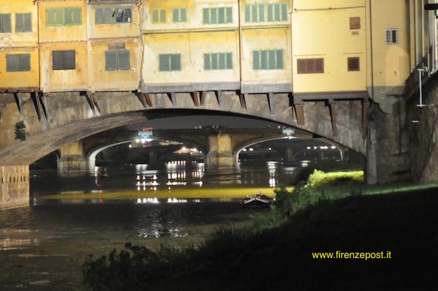 Il ponte a Santa Trinita visto sotto una delle arcate del Ponte Vecchio (Foto FirenzePost)