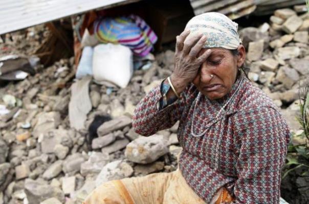 Il terremoto in Nepal ha devastato il Paese: la disperazione di una donna