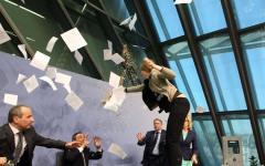 Francoforte, Bce: attivista assalta Draghi e lancia coriandoli