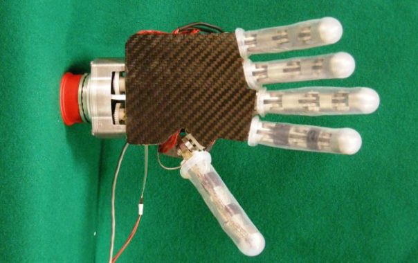 La mano robotica realizzata dai ricercatori del Sant'Anna di Pisa