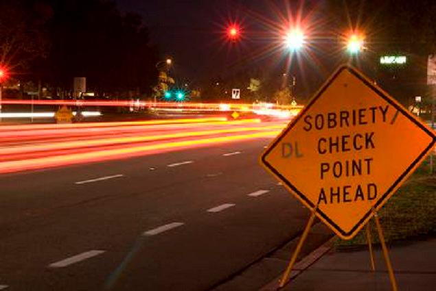 Un cartello stradale in Usa che indica un vicino posto di blocco