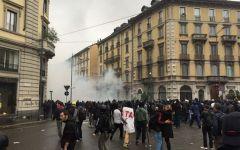No expo, Milano:  scontri con la polizia durante il corteo di protesta.  Molotov contro gli agenti e auto incendiate. Un arresto e numerosi ...
